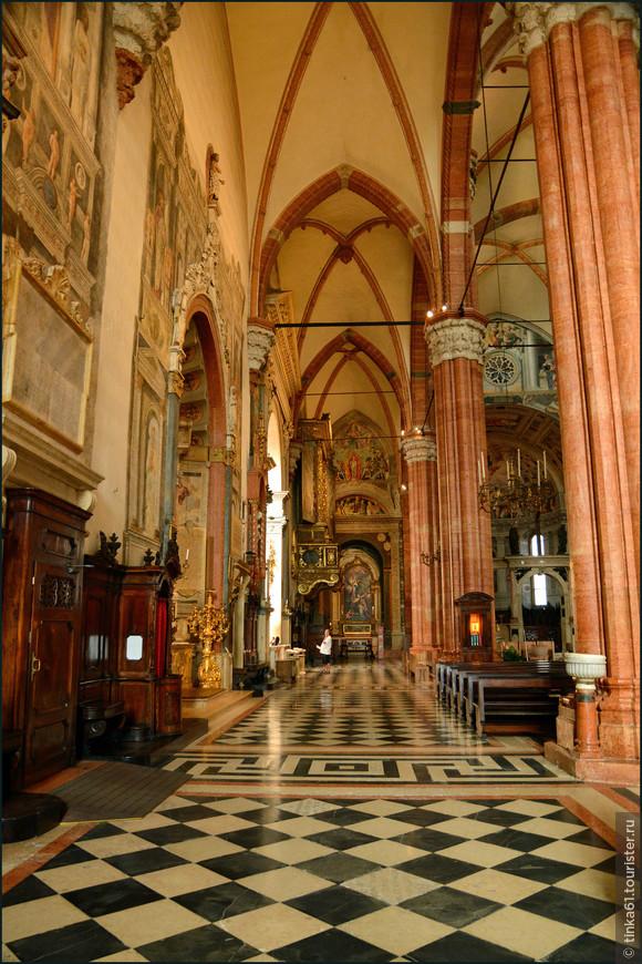 Стрельчатые аркады и крестовые своды красиво подчёркивают  готический стиль собора.