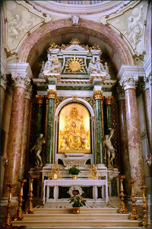 Капеллы собора богато декорированы мрамором и позолотой.