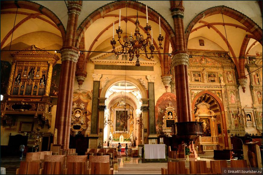 В интерьерах собора превалирует красно-зелёная  цветовая гамма.