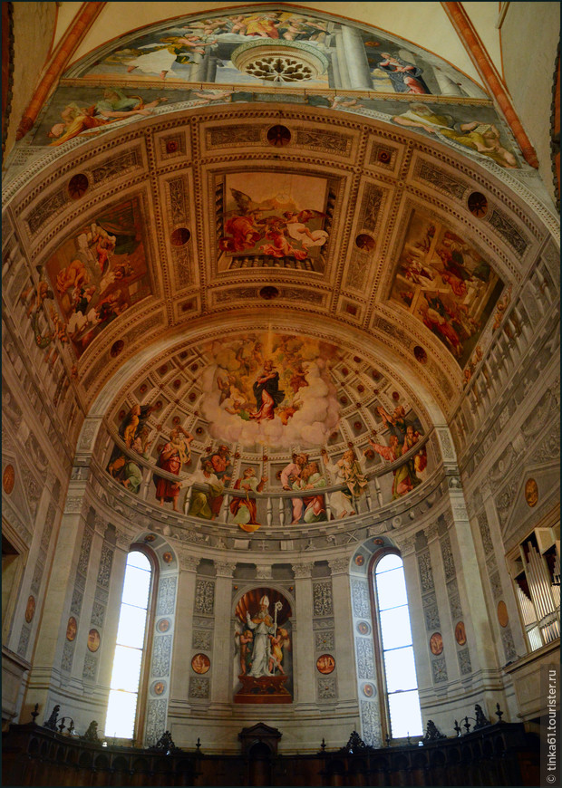 Внутри алтаря необыкновенно красивые фрески работы Франческо Торбидо.