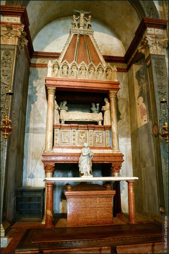 В одной из капелл  можно увидеть саркофаг Святой Агаты, который относится к 1353 году. Саркофаг декорирован композициями, демонстрирующими сцену пробуждения святой Агаты четырьмя ангелами, а также сцену мученичества святой.