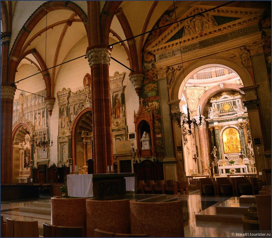 Боковые капеллы  собора поражают своей роскошью.