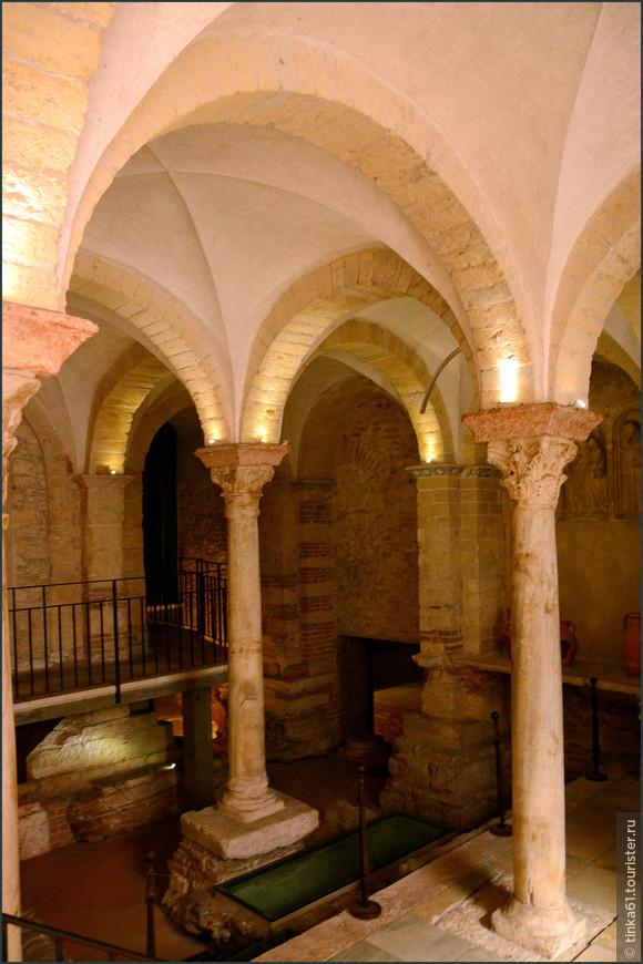 Интерьеры пристроенной к собору церкви Святой Елены.