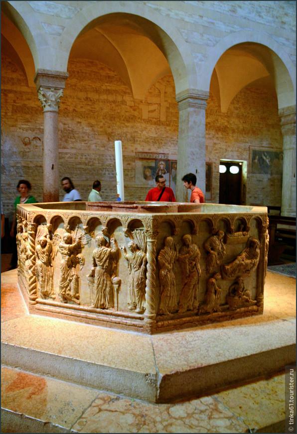 Восьмигранная купель конца XII в., вырезанная из единого куска красного веронского мрамора мастером Бриолото находится в пристроенной к собору церкви Сан Джованни ин Фонте.
