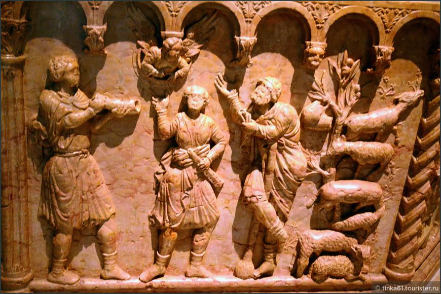 На каждой из восьми граней — рельеф с евангельским сюжетом.