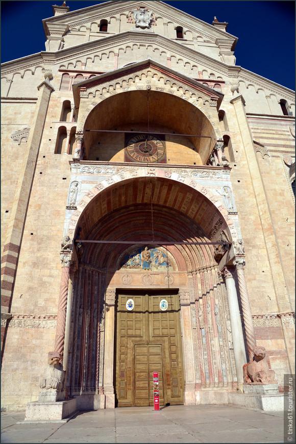 От первоначального романского вида в соборе сохранился только главный вход, украшенный портиком с витыми колоннами и мифическими грифонами работы Николо