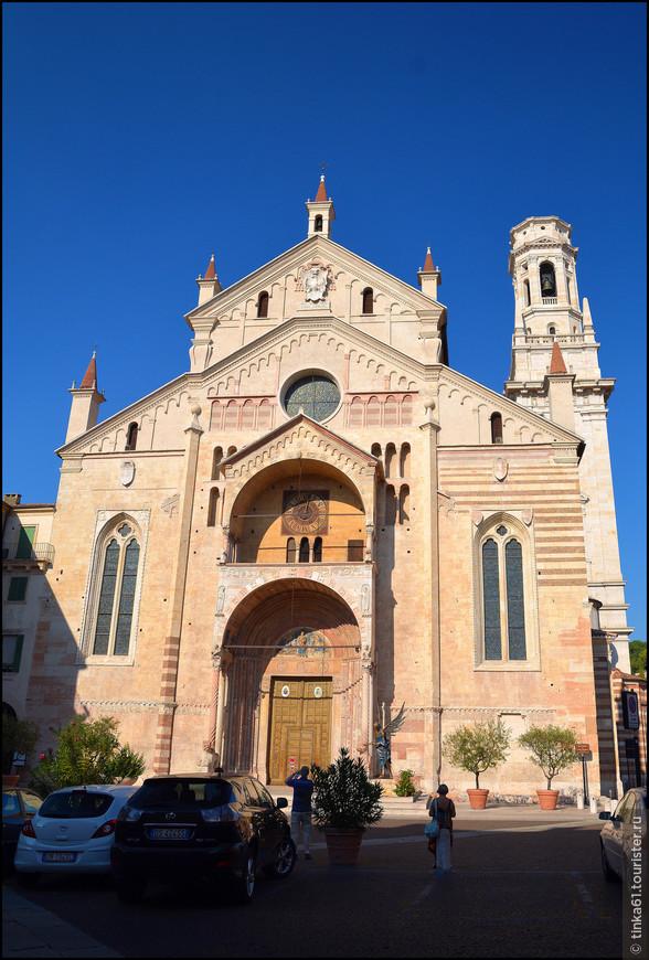 Кафедральный собор Вероны стоит на небольшой одноимённой площади в историческом центре города.