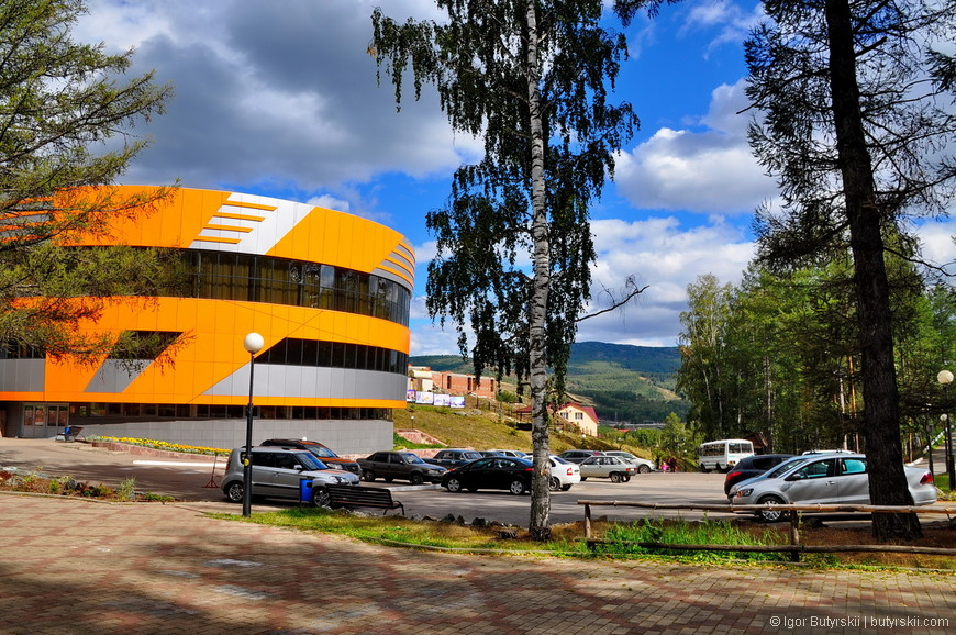 09. Центральный развлекательный комплекс слева, там находится ресторан, боулинг, бильярд и магазины.