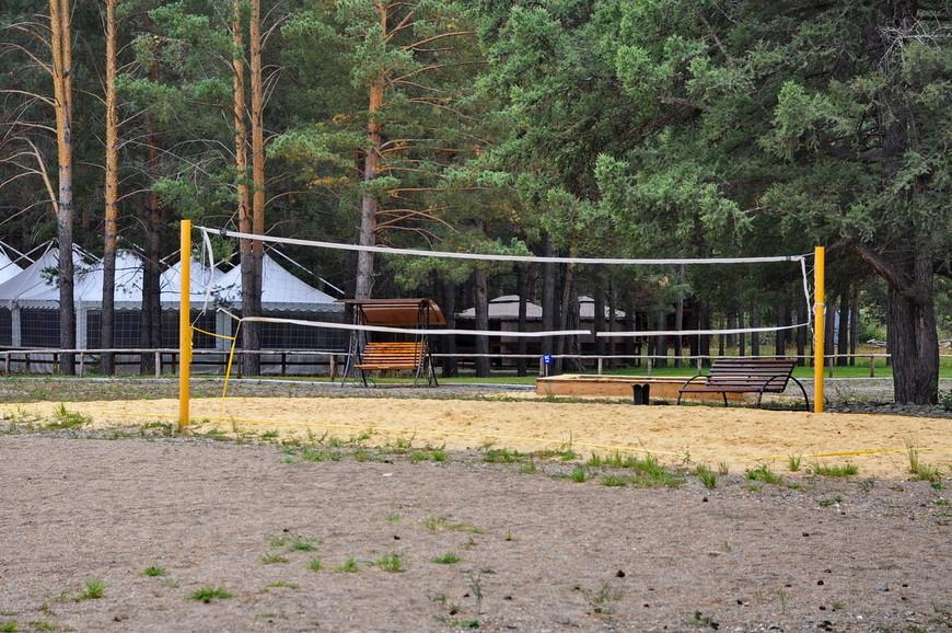 37. Волейбольная площадка. Все бесплатно, только мяч приноси. На заднем плане как раз свадебные шатры.