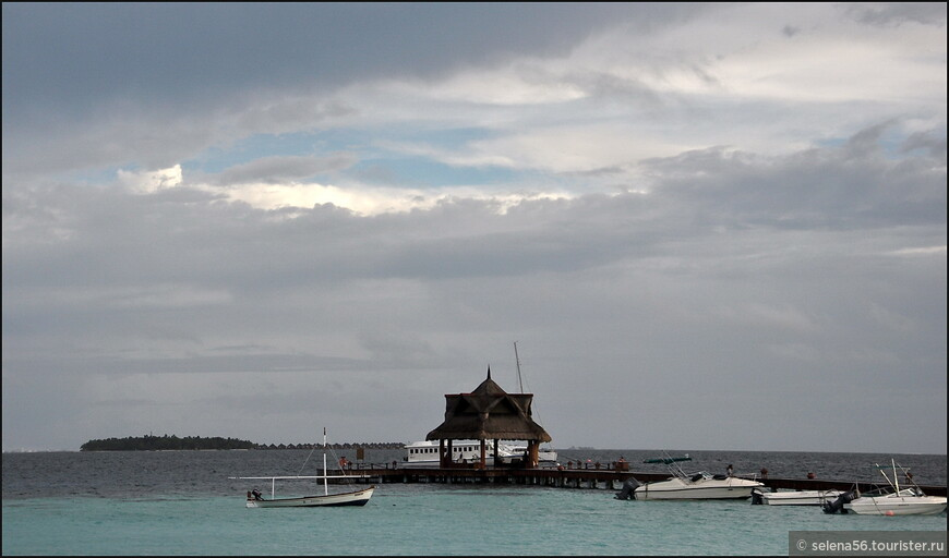 Вдали виднеется остров  Baros 5* . За нами пришла лодка.