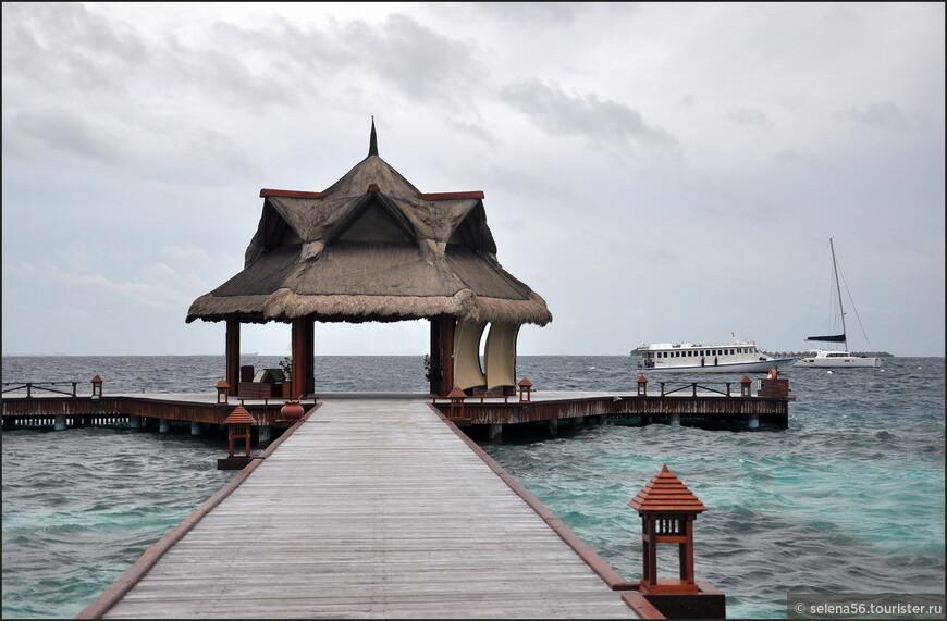 Пирс отеля . Справа видна лодка,на которой  возят  туристов  между этими островами.