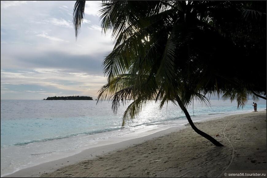 """Рассвет на острове Angsana . Вдали виден остров  Banyan Tree ( в переводе - """"Под деревом  баньян""""). Снимаю с пляжа  рядом с нашим бунгало  116."""