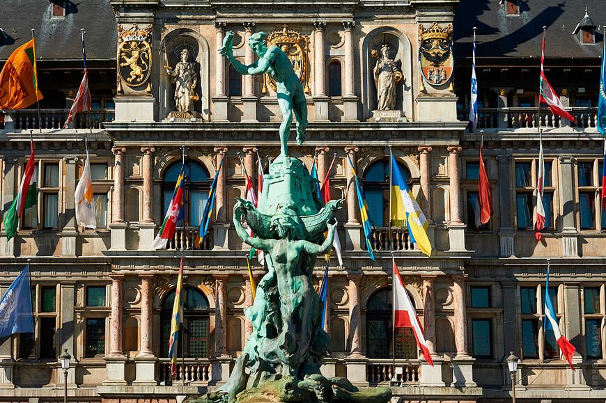 Антверпен,фонтан Брабо перед ренессансной ратушей 16 века