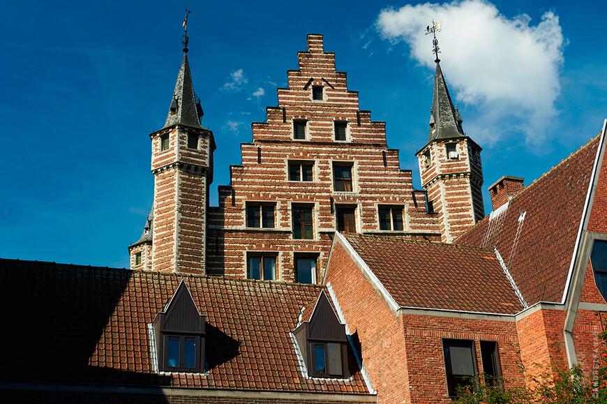 Антверпен, фасад  дома гильдии мясников 1504 г.