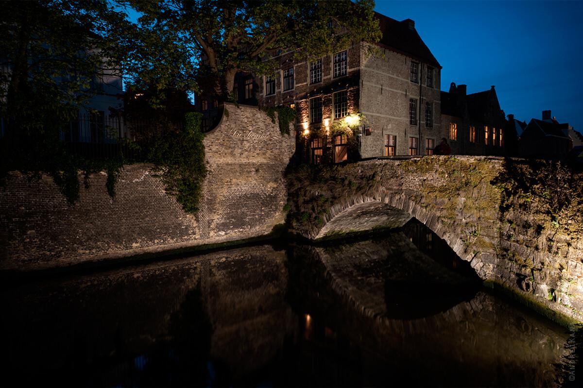 Брюгге, один из самых древних мостов, Бельгия фото