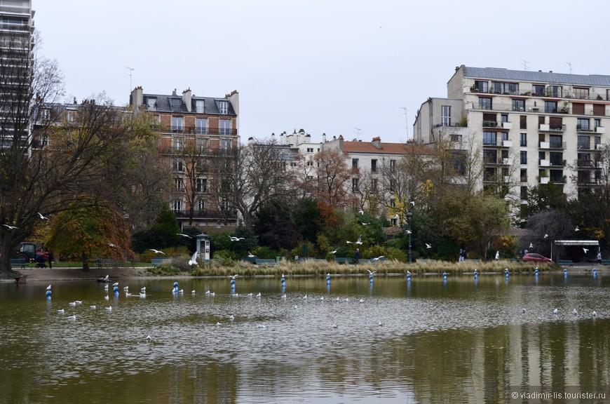 """Как и по всей территории города, здесь можно встретить """"бегунов"""". Такое чувство, что все парижане бегают. Независимо от места... хоть у набережной Сены. Молодцы!"""