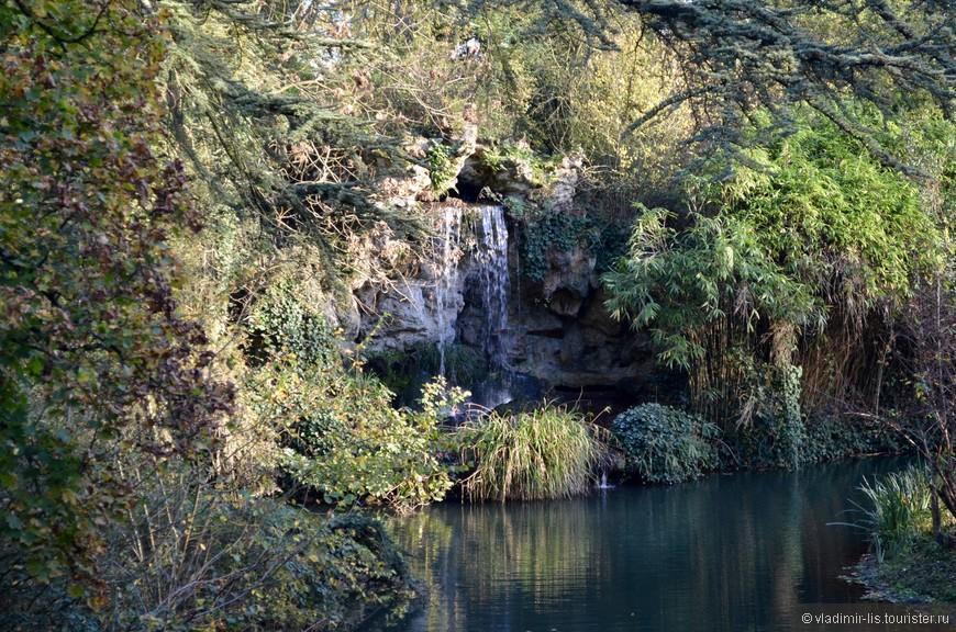 Вход в парк Багатель бесплатный. И, поверьте, его стоит посетить. Пруды, фонтаны, искусственные водопады, оранжерея и т.д.