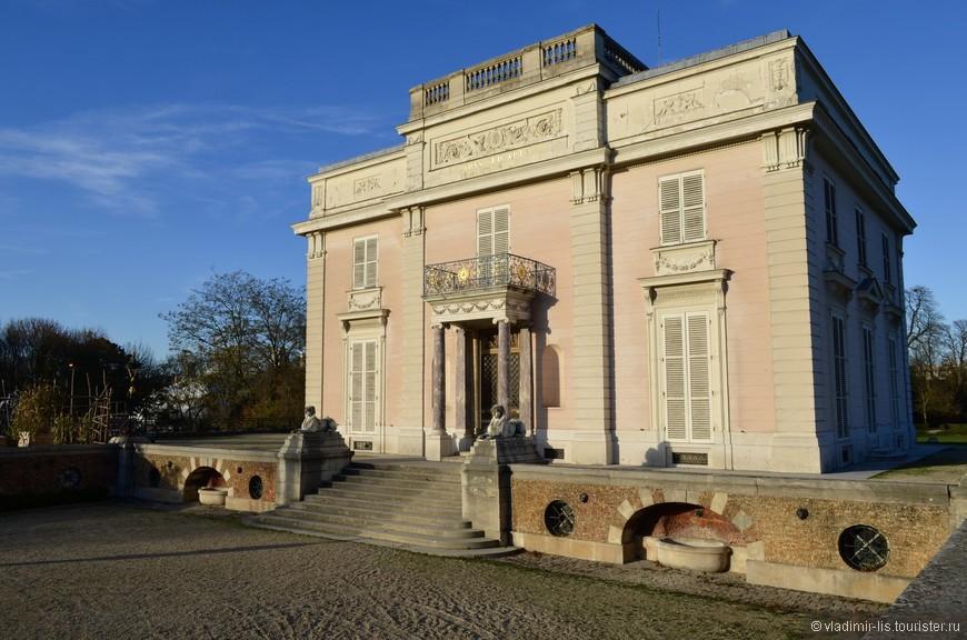 Дворец Багатель - построен в 1775 году братом Людовика XVI на пари со своей невесткой Марией-Антуанеттой. Спасибо википедии)