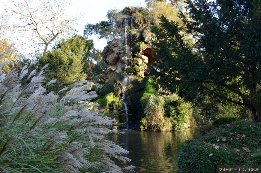 Недалеко расположен еще один колоритный водопад