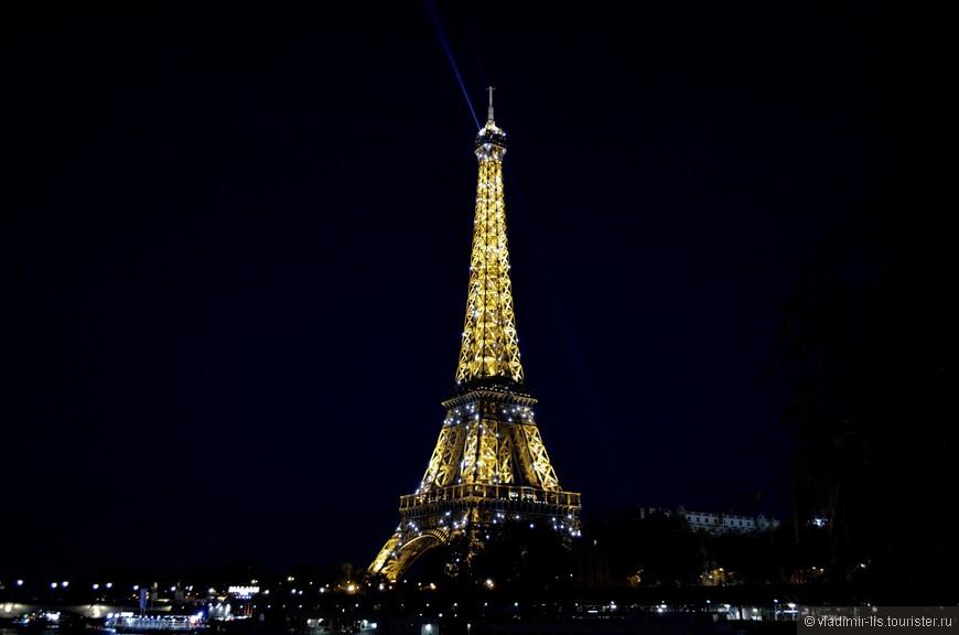 Первый вечер встретил, конечно же, у Эйфелевой башни. Пятиминутное шоу в 18:00