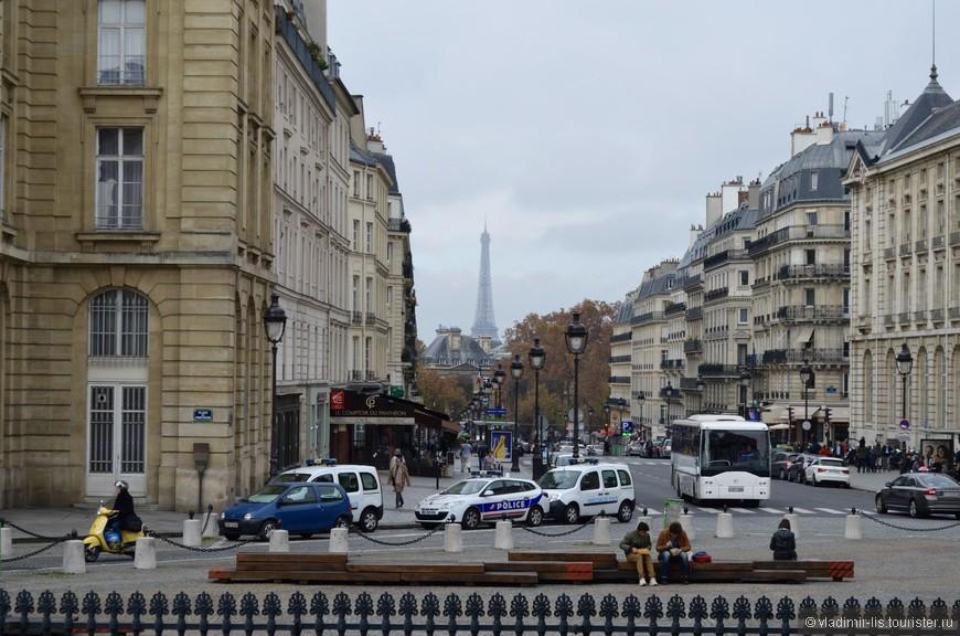 Главный символ Парижа виден практически отовсюду. Улица Soufflot, на площади у Пантеона.