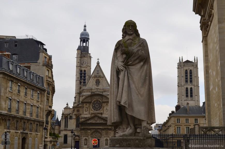 Слева - Церковь Сент-Этьен-дю-Мон, справа - башня лицея Генри IV, а в центре - Пьер Корнель