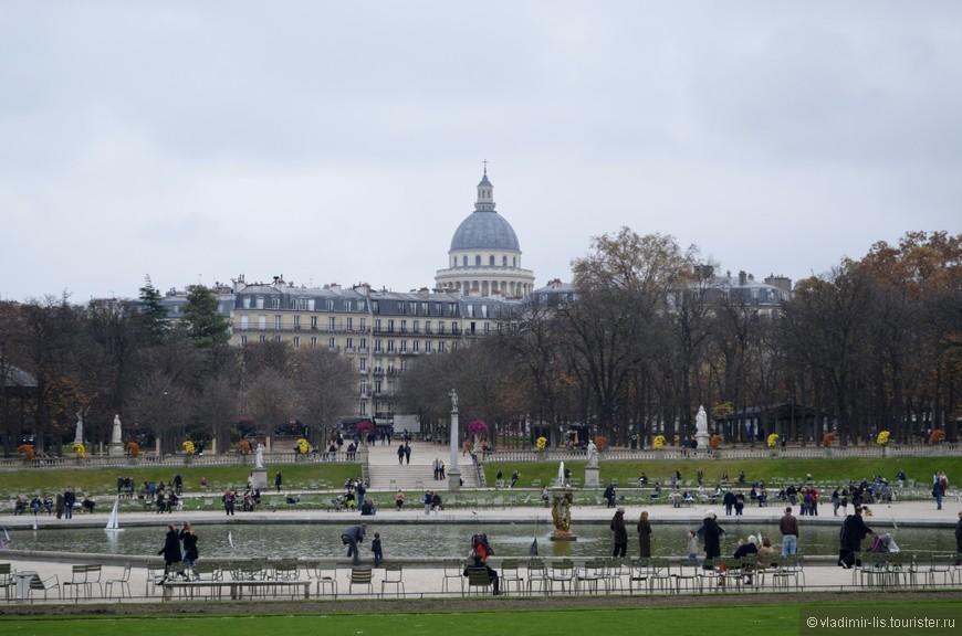 Все-таки не такой уж Париж и огромный. Пройди пару улиц и ты в Люксембургском саду.