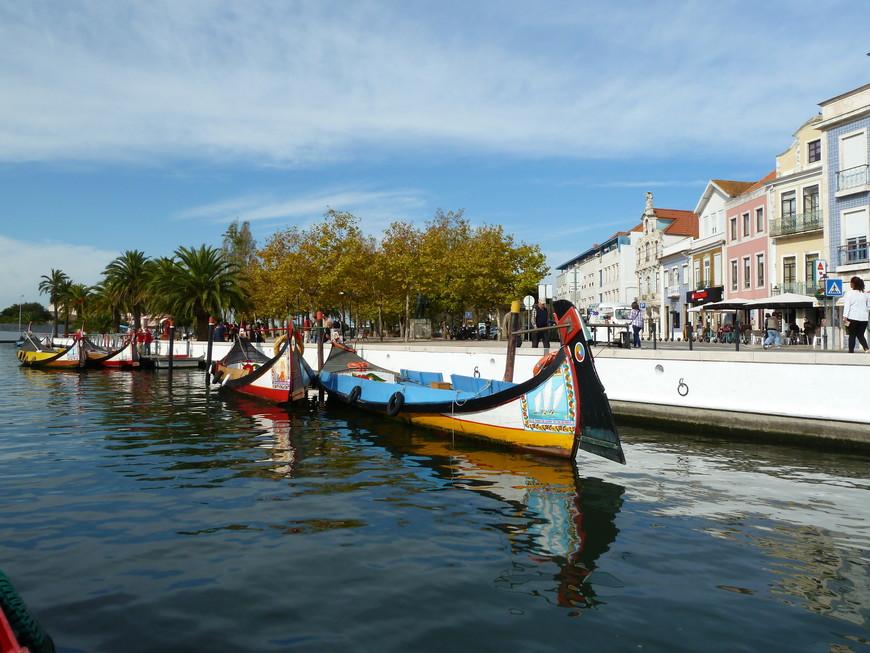 """Авейру является одним из древнейших городов и известен как Венеция Португалии, так как через него проходят каналы и есть лодки, имеющие своеобразную яркую расскраску и форму     (тонкую """"лебединую шею"""" заострённую к носу, называются они молисейруш (moliceiros).  Молисейруш, плоскодонные суда и по сей день перевозят рыбаков, собирающих морские водоросли, которые используются для удобрений, служат для транспортировки добытой соли и развлечения туристов. http://otpusk21.ru/puteshestvie-v-portugaliyu/aveyru-venetsiya-portugalii"""