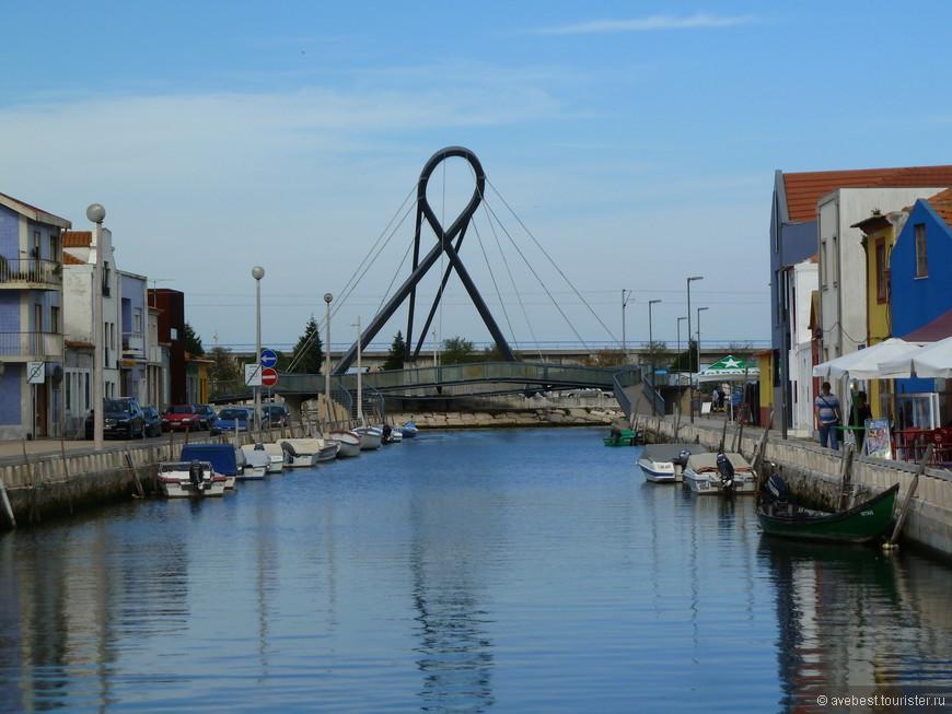 Модерновый вантовый мост в виде петли.