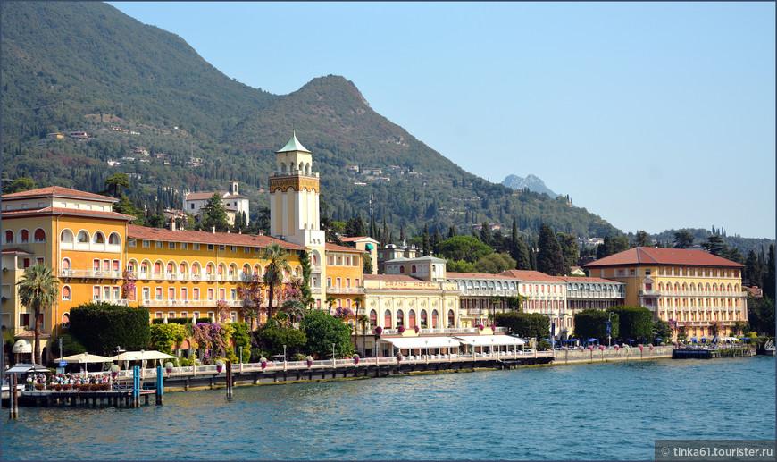 Вид городка Гардоне- Ривьера с воды. Это очень элитный курорт с роскошными виллами и  садами.