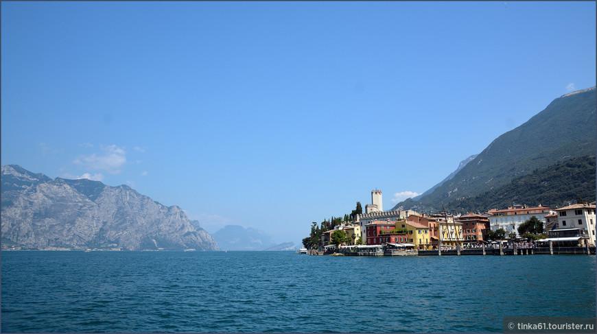 Подплывая к городку Мальчезине, который знаменит замком Скалигеров и фуникулером Монте-Бальдо.