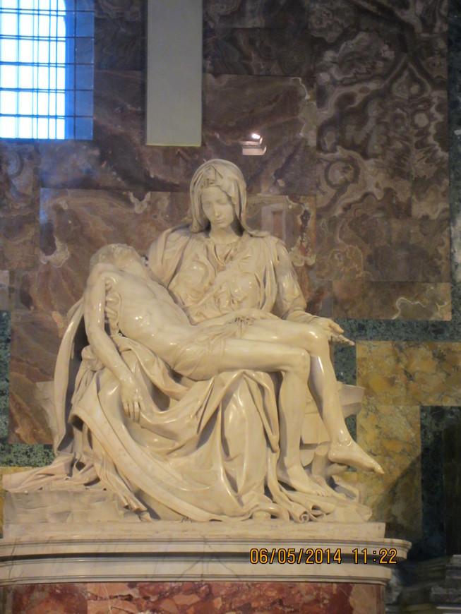 """Пьета """"Оплакивание Христа"""" Микеланджело Буонарроти. Мастер создал её в возрасте 24 лет."""