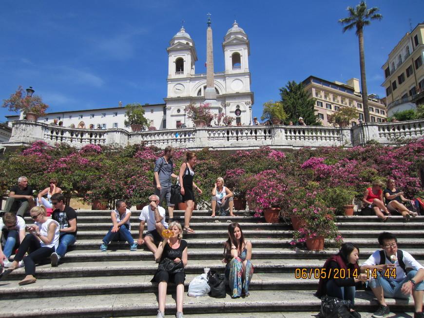 Испанская лестница. Испанские ступени — грандиозная барочная лестница в Риме. Состоит из 138 ступеней, которые ведут с Испанской площади (Piazza di Spagna) к расположенной на вершине холма Пинчо церкви Тринита-деи-Монти.