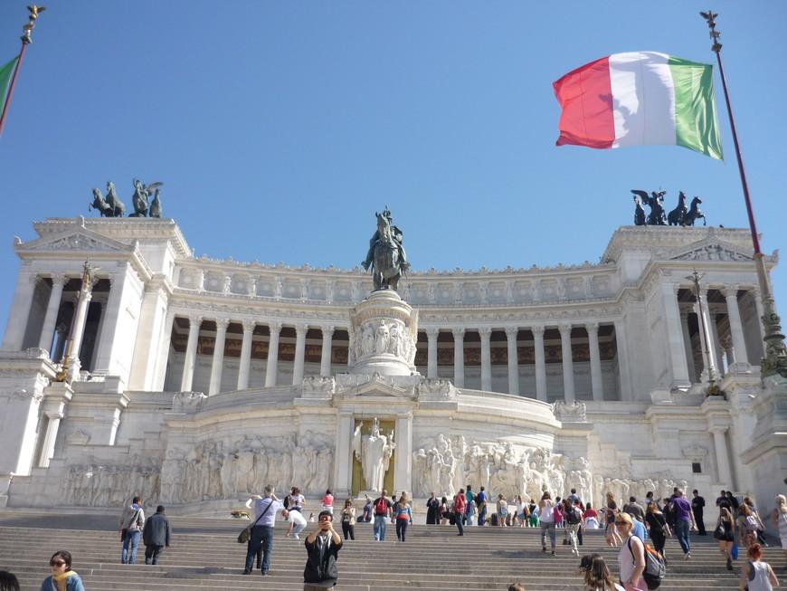 Национальный памятник Виктору Эммануила, часто известного как «II Vittoriano», посвящен объединению Италии. Точнее, своему первому королю объединенной Италии, Виктору Эммануилу II.