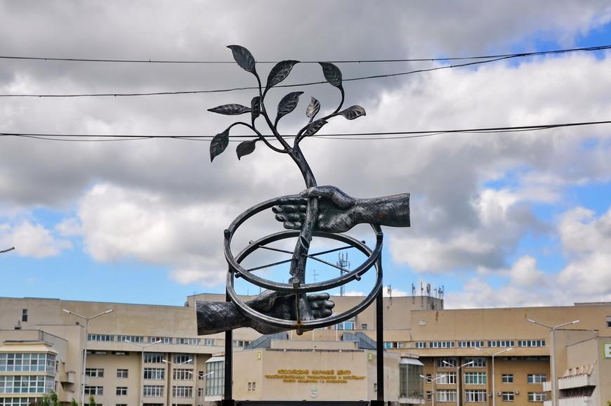 04. Илизаров разработал аппарат, который представляет собой металлические «кольца», на которых крепятся «спицы», проходящие через костную ткань. Кольца соединены механическими стержнями, позволяющими менять их ориентацию со скоростью порядка одного миллиметра в день.