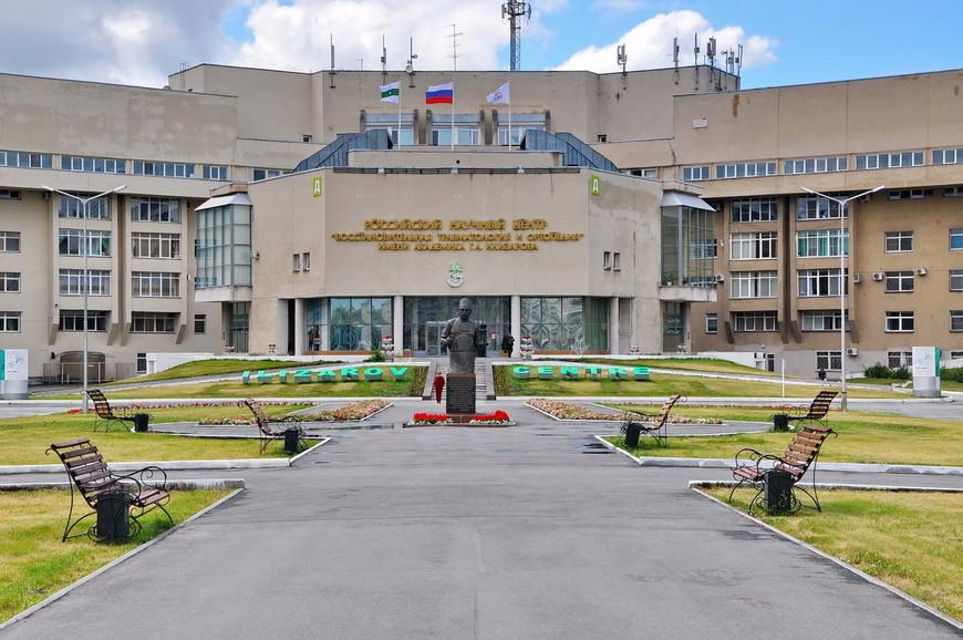 05. Центральный вход в центр. Перед входом установлен памятник самому академику.