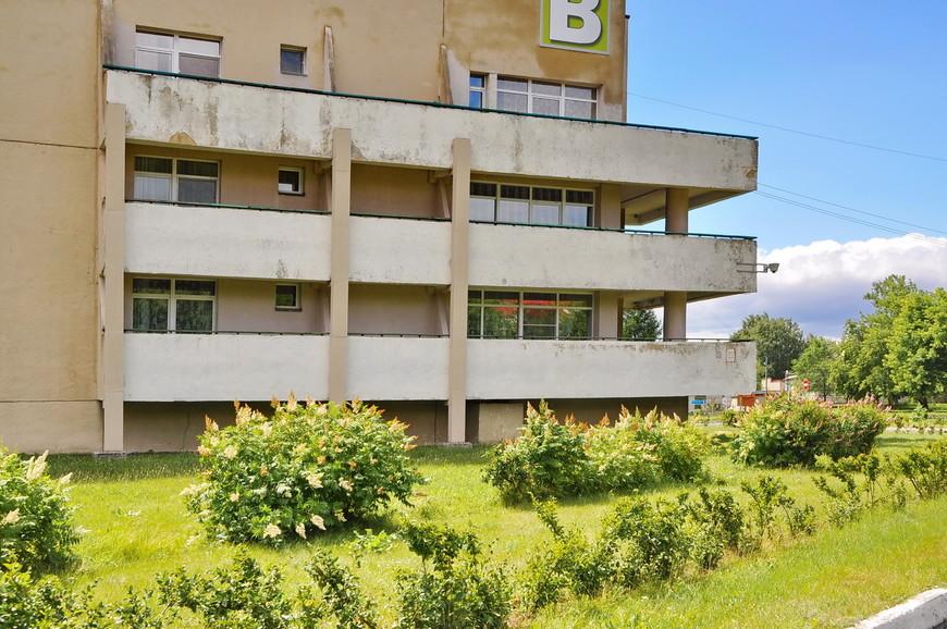 13. Корпуса за последние 50 лет немного «устали». Если бы такое здание стояло заброшенным, тут можно было бы снимать ужастики.