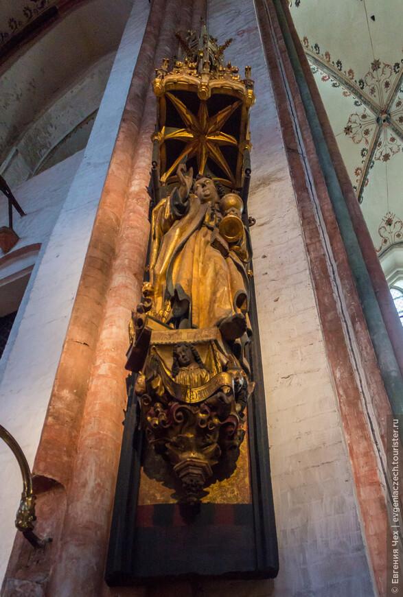 Скульптура св. Иогана Евангелиста, 1510 год, дерево. Святой крестит чашу с ядом и выпивает его без какого-то вреда, доказывая силу веры.