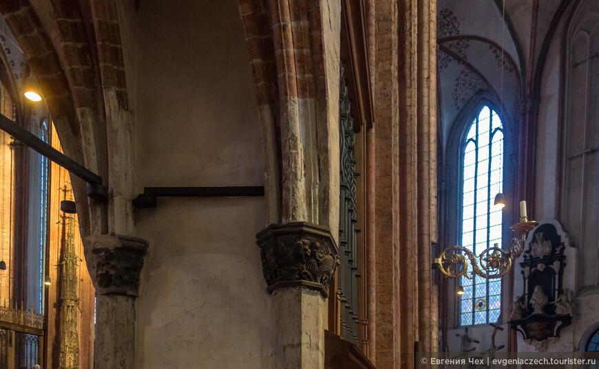 На опорах колонн сохранились резные узоры