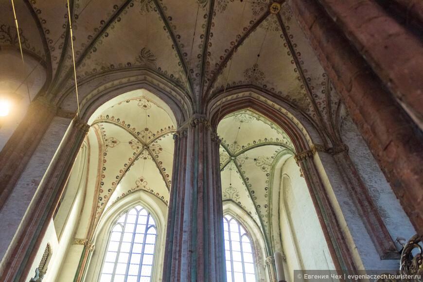 Церковь св. Марии является Базиликой, то есть состоит из высокого среднего нефа и более низкого поперечного.