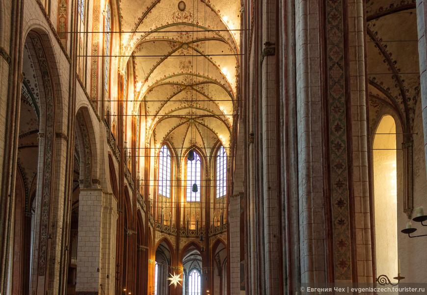 Высокие арки с двумя этажами окон позволяют сделать церковь наполненной светом.