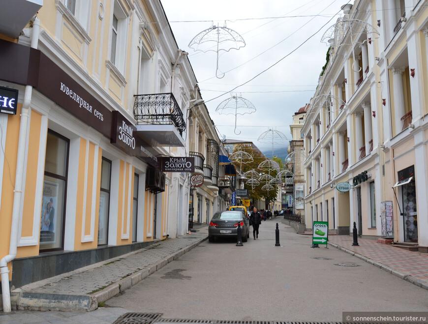 Наконец, в Крыму появилась и царская семья. В 1825 году Александр I купил имение в Ореанде. Впоследствии, уже при Николае I, была окончена постройка дворца в античном стиле, но царская семья не успела в нем пожить: началась Восточная война.