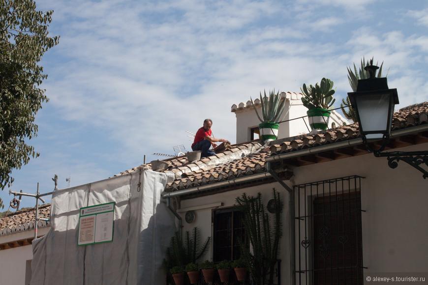 Идет ремонт дома. На всех ремонтируемых зданиях висят обязательные таблички - что за объект, какие работы, кто выполняет, сроки проведения, номер разрешения - даже на частных домах.