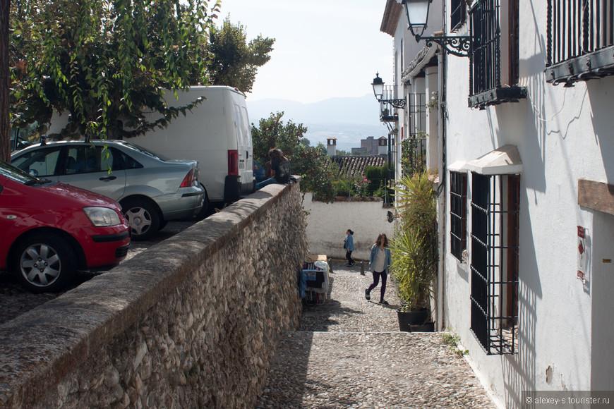 В окружении толп туристов живут обычные жители этого района, занимаются повседневными делами.