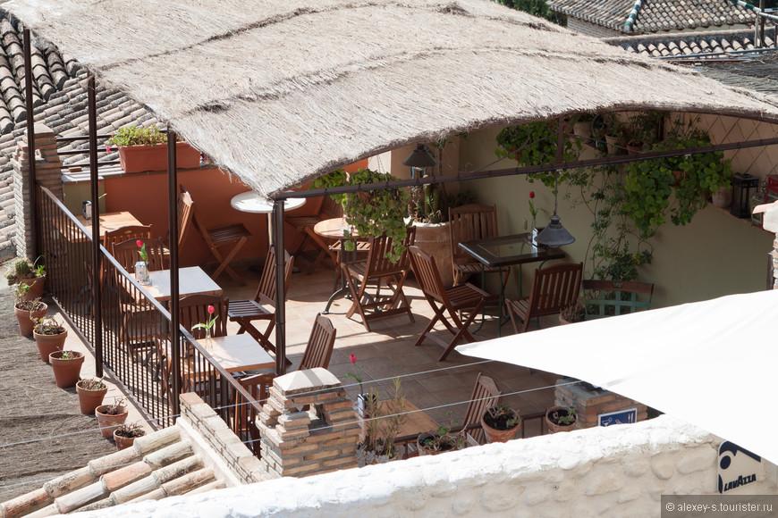 А этот ресторан еще ждет своих гостей. Представляете себе - несколько столиков, дом на склоне напротив Альгамбры, ужин...