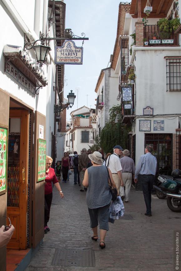 Сразу много табличек из керамики, которые так любят в Испании.