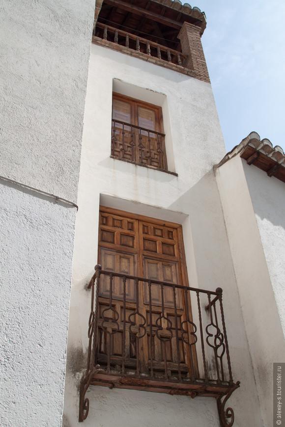 Мне нравятся окна и балконные двери в южной Испании, сразу со встроенными ставнями.