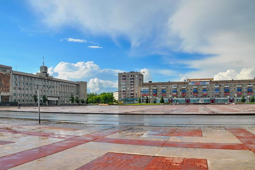 19. Центральная площадь. Советская застройка. Огромное неиспользуемое, бесполезное пространство.