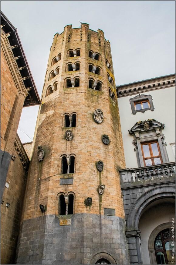 Двенадцатигранная колокольня , прорезанная сдвоенными арками-окнами, поддерживаемыми изящными колоннами, построена в 15 в. В соответствии с последней реконструкцией в  1926 - 1930 годах архитектором Густавом Джованнони, на башне колокольни, примыкающей к фасаду церкви справа,  были восстановлены декор и двойные окна её верхней части.