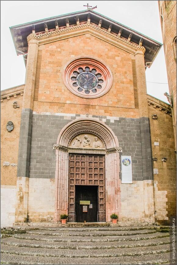 Эта церковь пример романо-готической церкви с тремя нефами и трансептом. История строительства церкви святого Андрея сложна и запутана. На рубеже 11 и 12 веков церковь, ставшая очень тесной и не вмещавшая всех прихожан, была расширена, был возведён двойной трансепт.